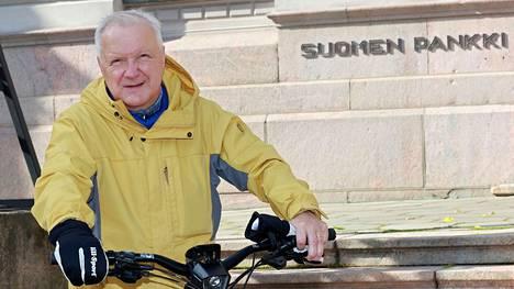 """Suomen Pankin pääjohtaja Olli Rehn pyöräilee työmatkansa sähköavusteisella pyörällä. Rehn kertoo pyöräilleensä aika paljon """"Brysselissä, Oxfordissa, Stadissa ja Savossa""""."""