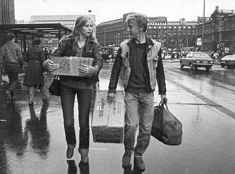 Täältä tullaan, elämä! -elokuvassa näyttelevät Kati Outinen ja Esa Niemelä.