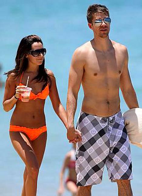 Näyttelijä Ashley Tisdale käveli käsi kädessä musiikkivideo-ohjaaja Scott Speerin kanssa Havaijilla.