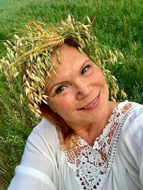 –Kuvassa tunnen itseni kypsäksi viljaksi, olen nainen parhaassa iässä. Tunnen että olen viljaantunut, keittiömestari Maija Silvennoinen sanoo.