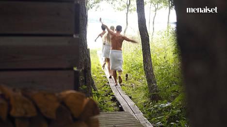 Puolet Me Naisten saunakyselyn vastaajista on sitä mieltä, että sekasaunaan mennään pyyhe tai uimapuku päällä.