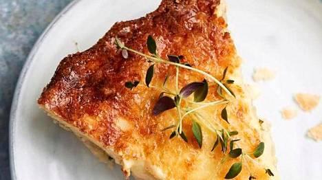 Klassisessa sipulipiirakassa on reilusti sipulia ja täyteläinen juustokuorrutus.