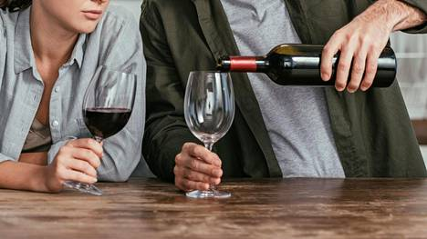 Alkoholi ei ole elintarvike, eikä se periaatteessa kuulu elimistöömme – siksi sen jättäminen pois hyödyttää monella tapaa.
