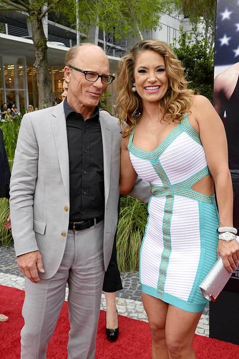 Jennifer Nicole Lee näyttelijä Ed Harris poseerasivat yhdessä Pain and Gain -elokuvan ensi-illassa Miamissa.
