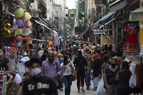 Pandemian tilanne on yhä erittäin vaikea muun muassa Brasiliassa. Rio de Janeirossa ovet aukesivat viikonloppuna. Asiantuntijat pelkäävät, että ravintoloiden ja anniskelupaikkojen avaaminen on virhe.