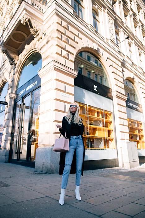 Poolo Rosemunde / takki Massimo Dutti / farkut Bershka / kengät Kurt Geiger / laukku Louis Vuitton / aurinkolasit H&M