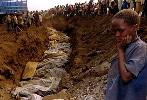 Joukkohauta Ruandassa heinäkuussa 1994.