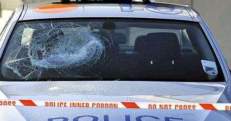 Ruhjeet poliisiauton tuulilasissa muistuttivat välikohtauksesta Kingsburyssa, Lontoossa.