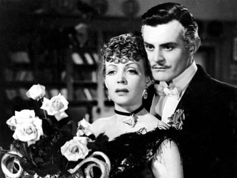 Elokuvassa Valkoiset ruusut Helena Kara näytteli Tauno Palon rinnalla.