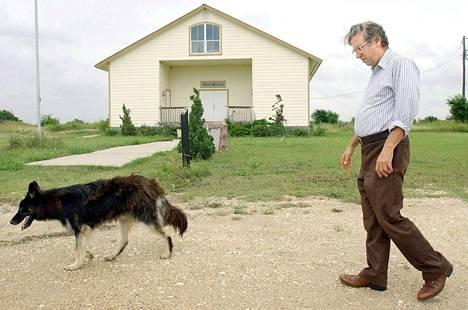 Lahkolainen Clive Doyle asuu yhä Wacossa ja järjestää vuosittain tapauksen muistotilaisuuksia. Kuva vuodelta 2004.