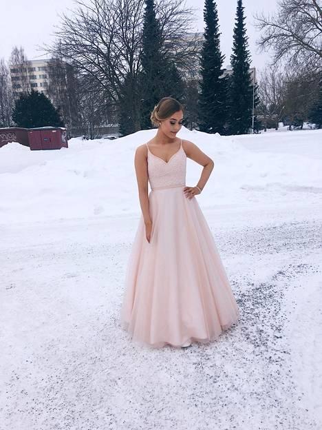 """""""Tanssimme Tampereella, suoritan kaksoistutkintoa Tredussa liiketalouden linjalla. Pukuni löysimme Helsingin Meccosta. Ihastuin heti yläosaan, ja alaosa oli alunperin silkkisatiinia, mutta erikoistilauksena se vaihdettiin tylliin. Puku alushameineen maksoi noin 500 euroa. Kävin aamulla kampaajalla ja meikin tein itse"""", Sabrina Lehtimäki kertoo."""