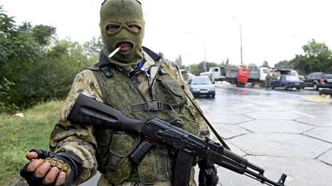 Venäläismielinen kapinallinen miehitti tiesulkua Donetskin lähellä 10. syyskuuta.