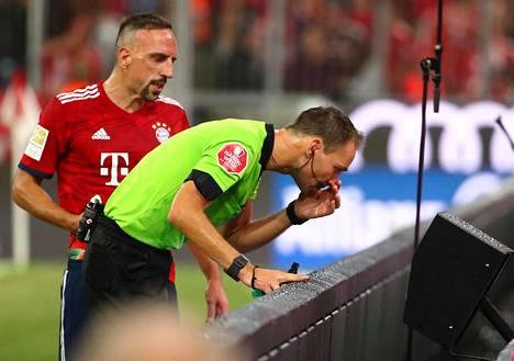Erotuomari Bastian Dankert tarkisti epäselvää tilannetta kuvaruudulta. Bayernin Franck Riberykin oli kiinnostunut uusinnoista.