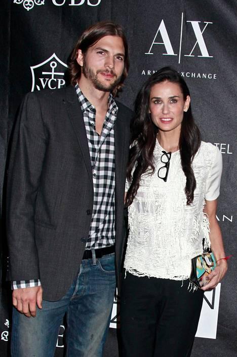 Ashton Kutcherin ja Demi Mooren suhteen likapyykkiä pestään uudessa elämäkerrassa.