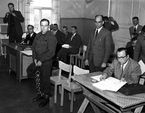 Lakki kourassa ja rautakahleet jaloissa. Runar Holmström oikeudessa syytettynä Tulilahden murhista.