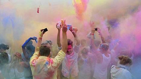Berliinissä juhlittiin Holi Open Airia värikkäästi. Postbahnhofilla ilmaan lensi värijauhetta perinteisen hindujuhlan tyyliin.