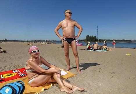 Heinolalaiset Mirja, 57, ja Jouni, 59, ovat kokeneita aurinkorasvan käyttäjiä. –Aika harvoin rasvaa on Suomessa tarvinnut, mutta näillä helteillä kyllä, tiivistää Jouni.