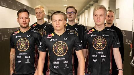 """ENCEn ikoninen kokoonpano viimeistä kertaa yhdessä syyskuussa 2019. Aleksi """"Aleksib"""" Virolainen on kuvassa keskellä."""