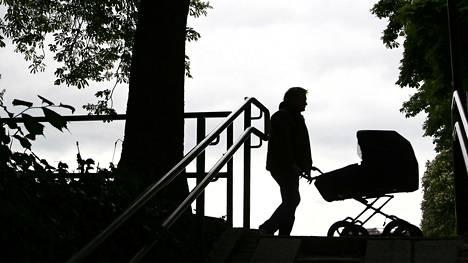 Pitkään toivottu lapsi ei ollutkaan Riston oma. Silti häneltä vaaditaan kuukausittaisia elatusmaksuja. Kuvituskuva.