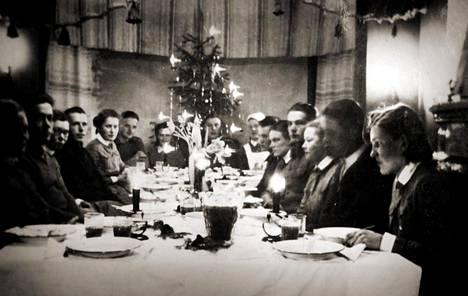 Lotat ja sotilaat yhteisen joulupöydän ääressä sotajouluna 1939.