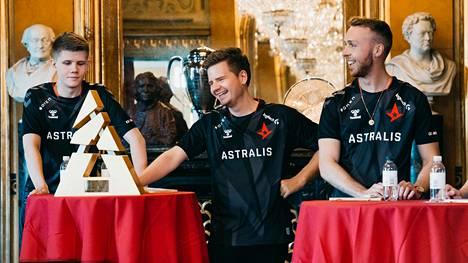 Astraliksen CS-joukkue toi 68 prosenttia liikevaihdosta vuonna 2019. Kuvassa joukkueen pelaajia poseeraamassa Blast-mestaruuspokaalin kanssa Tanskan kuninkaallisella teatterilla.