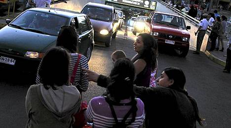 Pelko pysäytti hetkeksi elämän Talcan kaupungissa, ja suuri joukko asukkaita kerääntyi kaduille odottamaan tietoa tuhoista.