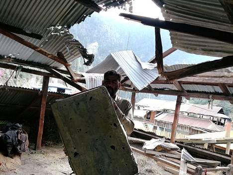 Pakistanilaismies esitteli tulituksessa tulleita vaurioita Salkhalan kylässä aivan Kashmirin tulitaukolinjan tuntumassa 1. elokuuta.