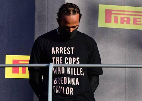 Hamilton vaati paidassaan Breonna Taylorin ampuneiden poliisien pidättämistä.