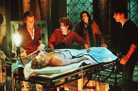 1990: Kevin Bacon, Kiefer Sutherland, Julia Roberts, Oliver Platt ja William Baldwin lääketieteen opiskelijoina kielletyn kokeen keskellä vanhassa versiossa.