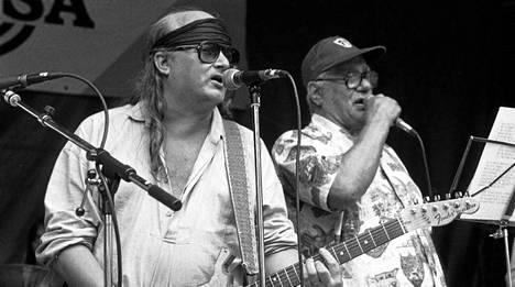 Juice Leskinen esiintyy yhdessä Veikko Lavin kanssa Pihtiputaan Saapasjalkarockissa 7. heinäkuuta 1985.