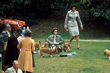 Kuningatar piknikillä corgiensa kanssa vuonna 1969.