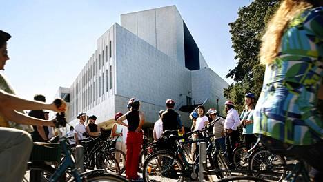 Kuvassa pyöräilijöitä Finlandia-talon edustalla.