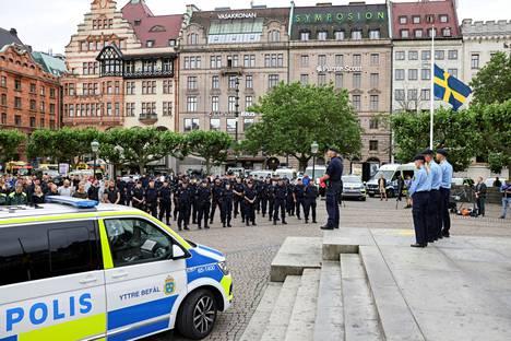 Ruotsissa pidettiin hiljainen hetki torstaina ampumisessa kuolleen poliisin muistoksi. Kuva Malmöstä.