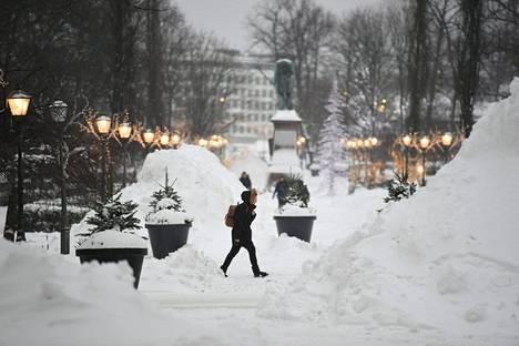 Helsingin keskustassa tarvottiin lumikasojen keskellä.