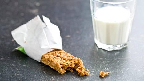 Jos ostat valmiin välipalatuotteen kaupasta, kannattaa vilkaista tuoteselosteesta sen energiamäärä – ja muistaa, että ylimääräiset kalorit on tullut syötyä.