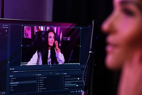 Kun Roosa Puonti pelaa streameissaan, näkyy hänen kuvansa pienessä ruudussa näytössä. Kuvaruutu paljastaa hänen reaktionsa pelin tapahtumiin sekä rupattelun seuraajien kanssa.