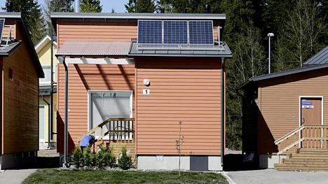 Kuvan omakotitalo on varustettu katolle sijoitetuilla aurinkopaneeleilla.