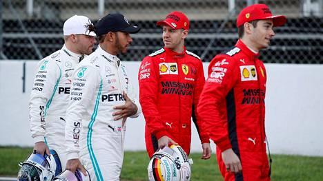 Tätä nelikkoa ei nähdä näissä väreissä kaudella 2021, kun Sebastian Vettel (toinen oik.) ei jatka Ferrarilla.
