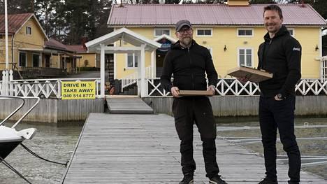 Ville Vuorio (vas.) ja Tuomas Levanto ovat valmiina tuomaan pitsoja säällä kuin säällä aina laiturin päähän asti. Jutun kuvat on otettu turvalliselta etäisyydeltä.