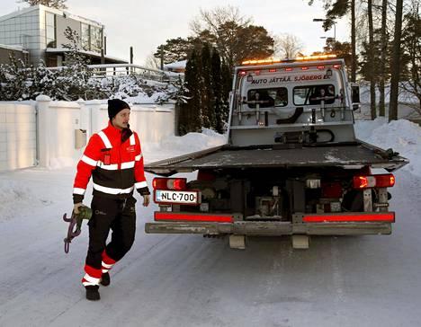 Espoo Sjöbergin hinauspalvelusta Jiri Lehvä lähti maanantaina käynnistämään hyytynyttä autoa apukaapeleilla. Keikka on hänen kahdestoista saman päivän aikana.