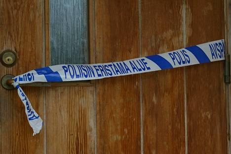 Poliisi eristi surma-asunnon tutkinnan ajaksi.