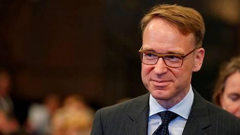 Valtionvelkakirjojen ostaminen sotkee raha- ja finanssipolitiikan keskenään, mikä voi johtaa siihen, että eurojärjestelmälle asetetaan poliittisia paineita jatkaa elvyttävää rahapolitiikkaa hintavakauden kannalta liian pitkään, Jens Weidmann sanoo.