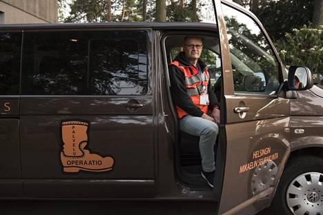 Saapas partioi omalla tila-autollaan. Sillä voidaan tarvittaessa kuljettaa nuoria myös tarvittaessa kotiin.