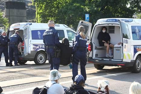 Elokapinalaisten koulutuksissa kerrotaan, miten poliisien kanssa toimitaan. Poliisi joutui kantamaan mielenosoittajia pois Mannerheimintieltä.