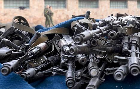 Militantit keräsivät aseita ja ammuksia otettuaan haltuunsa kansalliskaartin tukikohdan Luhanskissa.