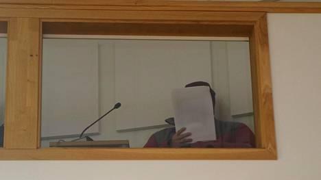 Lapin käräjäoikeus käsitteli syytteitä Kemin istuntopaikassa. Syytetty istui salin parvella eristettynä muista asianosaisista.