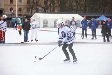 Sauli Niinistö vauhdissa Brahen kentällä Helsingissä.