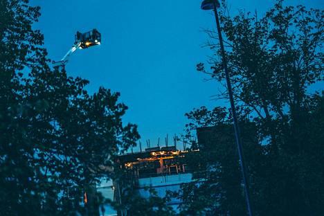 Savonlinnan keskusta-alueella Asemantiellä palaa kuusikerroksinen kerrostalo.
