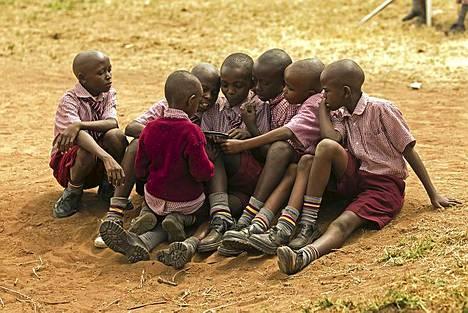 Koulun pihalla sarjakuvalehden omistaja saa seuraa uteliailta kavereiltaan. Köyhässä Kivaan kylässä sarjakuvalehti on harvinaisuus.