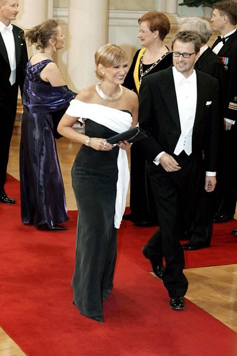 Vuonna 2004 Korhola antoi suunnittelija Anna Vilppuselle vapaat kädet hänen pukunsa kanssa. Mustavalkoinen silkkipuku on yksi hänen ehdottomista suosikeista. –Se oli aivan upea yksinkertaisuudessaan, Korhola sanoo.